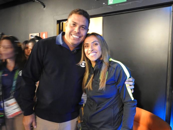 Ronaldo e Marta nos bastidores do Jornal Nacional (Foto: Cíntia Barlem)