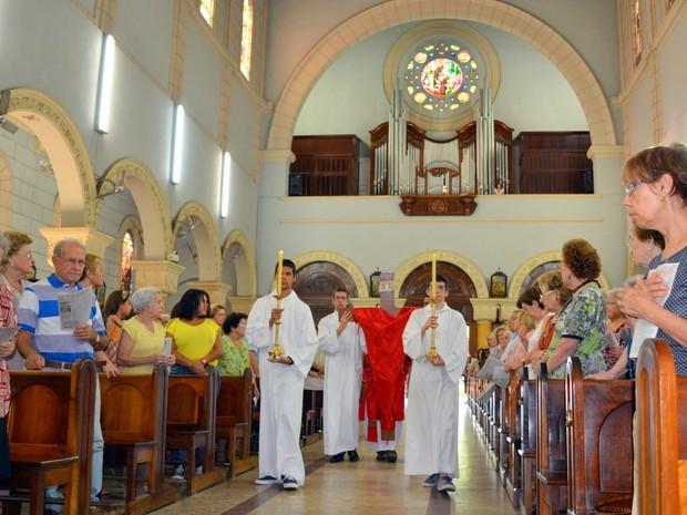 Bispo de Piracicaba celebra missa de adoração à cruz em Piracicaba (Foto: Thomaz Fernandes/G1)