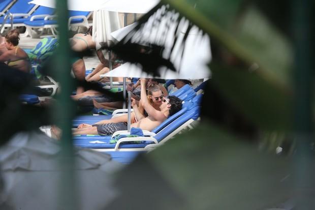 Joe Jonas na piscina com a namorada (Foto: André Freitas / AgNews)