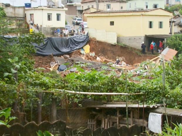 Pelo menos 21 residências da vizinhança também foram interditadas por conta do risco em São Tiago (Foto: Reprodução EPTV)