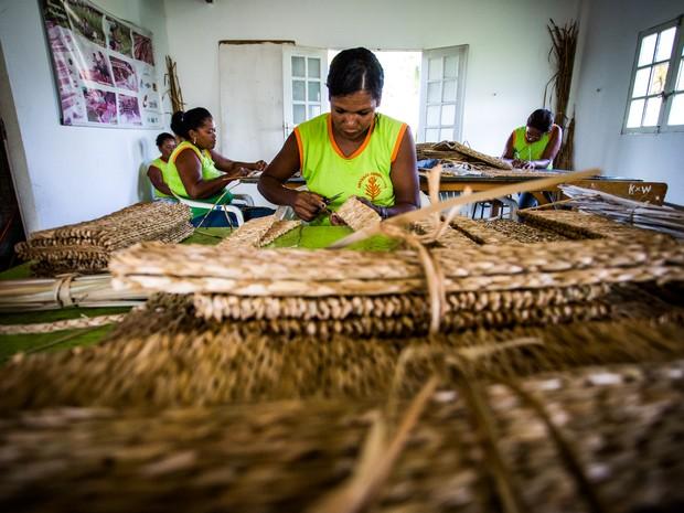 bde8d00ff São 20 artesãs que trabalham na associação que existe desde 1994. (Foto:  Jonathan