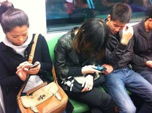 Celulares no metrô de Shanghai, na China (Foto: Leopoldo Godoy/G1)