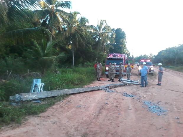 Após batida, poste ficou caído e atravessado na estrada de terra. (Foto: Waldson Costa/G1)