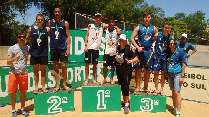 Pódio masculino do vôlei de praia dos Jogos da Juventude de Mato Grosso do Sul (Foto: Divulgação/Fundesporte)