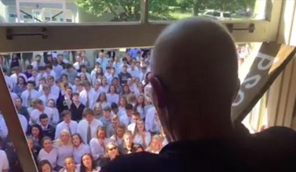 Professor recebe homenagem de alunos depois de interromper tratamento de câncer (Foto: Reprodução Facebook)