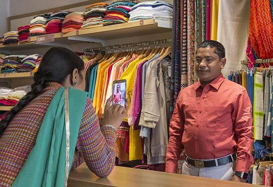 Explosão de cores em uma loja de roupas: o cliente quer a aprovação da esposa antes de efetuar a compra (Foto: © Haroldo Castro/Época)