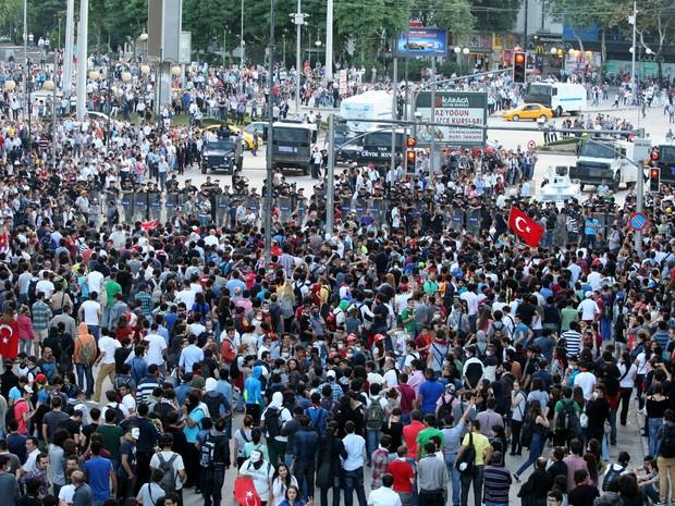 4 de junho - Manifestantes antigoverno voltam a ocupar praça em Istambul, na Turquia. País tem quinto dia de protestos contra o governo do premiê Erdogan. (Foto: Adem Altan/AFP)