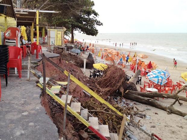 O mar avançou e derrubou parte de bares localizados na Praia do Cabo Branco em João Pessoa. Maria Rodrigues, que é  proprietária de um dos estabelecimentos da orla, contou que sofre com o avanço do mar desde 2005 (Foto: Walter Paparazzo/G1)
