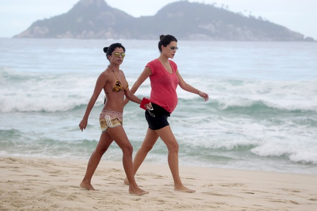 Anna Lima passeia com amiga na praia (Foto: Wallace Barbosa/AgNews)