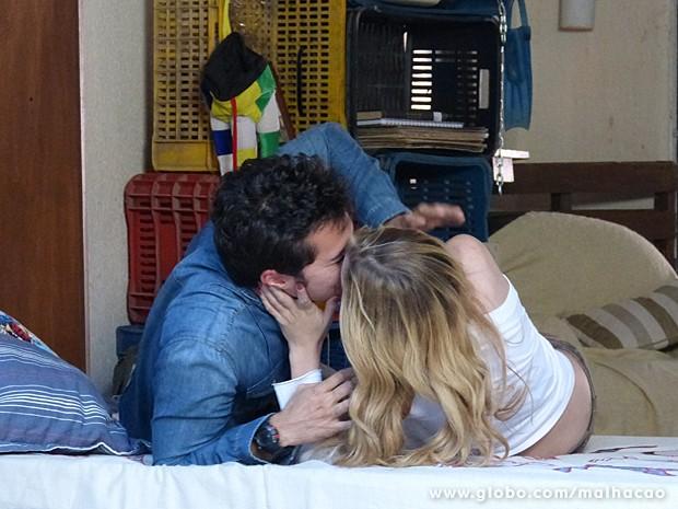 Sofia beija Ben e diz que ele ainda é apaixonado por ela (Foto: Malhação / TV Globo)