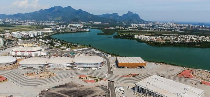 O Parque Olímpico também é a casa da Arena do Futuro (à direita ao fundo) e do Estádio Aquático Olímpico (à direita) (Foto: Prefeitura do Rio)
