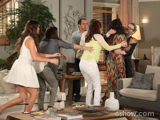 Juliana vai para cima de Nando para agredir o ex marido e a família tenta impedir (Foto: Camila Camacho / TV Globo)