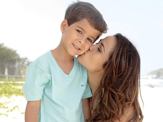 Chamego! Luiz ganha beijo carinho de Nanda no final da gravação (Foto: Salve Jorge/TV Globo)