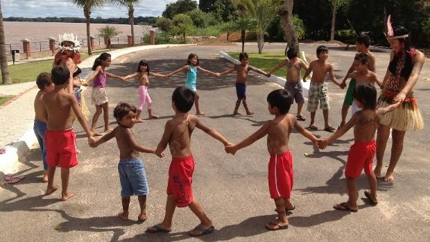 Tribo indígena urbana faz seu próprio carnaval (Sílvio Túlio/G1)