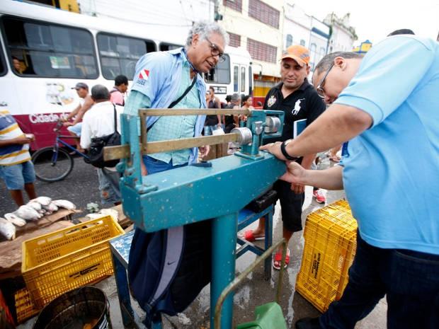 Operação conjunta realizada pelo Imetropará, órgãos municipais e estaduais fiscalizou balanças utilizadas para a venda de pescado em Belém nesta terça-feira (22). (Foto: Rodolfo Oliveira/Agência Pará)