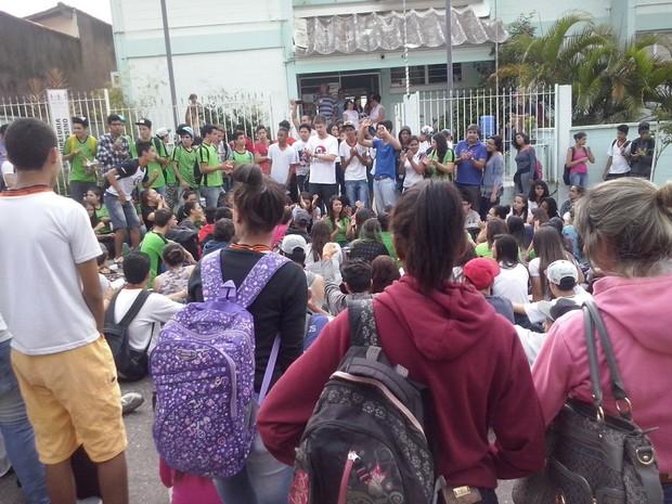 Grupo faz protesto contra mudanças em escolas estaduais de Votorantim (Foto: Jorge Silva / Gazeta de Votorantim)