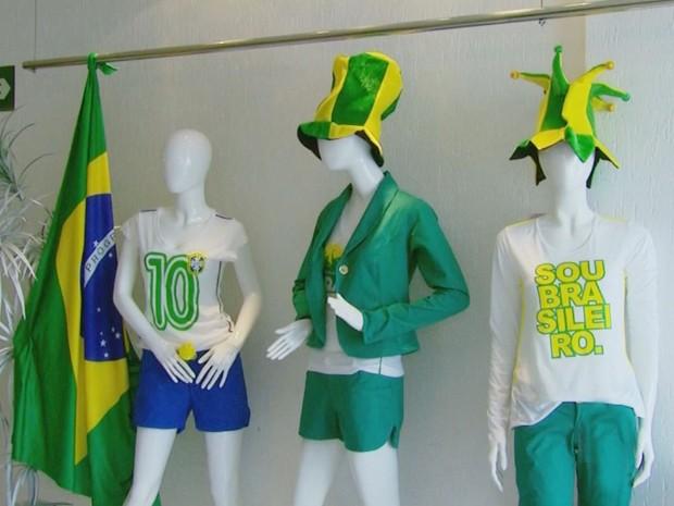 Cores da seleção tomam conta das confecções em Passos (Foto: Luciano Tolentino/ EPTV)
