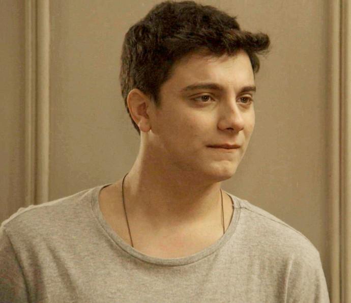 Murilo fica surpreso ao ver Carol se passar pelo pai ao telefone (Foto: TV Globo)
