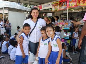 Professora Flavia Regina levou os alunos do Centro Municipal de Educação Infantil para a feira (Foto: Gilcilene Araújo/G1)