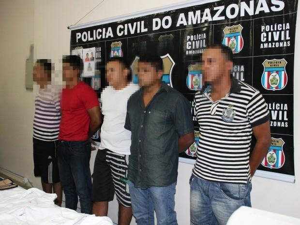 À esquerda, homem suspeito de violentar mais de 20 mulheres, acompanhado do grupo de detido por série de crimes em Manaus (Foto: Adneison Severiano/G1 AM)