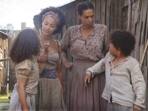 Madá e Elias são pegos por Berenice e Zenaide (Foto: Lado a Lado/TV Globo)