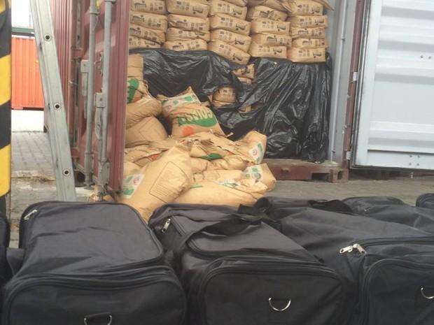 Droga foi encontrada em contêiner carregado de açúcar (Foto: Divulgação/Receita Federal)