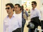 De cabelo grisalho, Marcos Pasquim circula por aeroporto no Rio