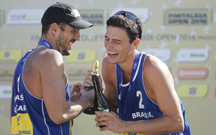 André (à direita), de 2,01m, comemora ao lado do parceiro Oscar  (Foto: FIVB)