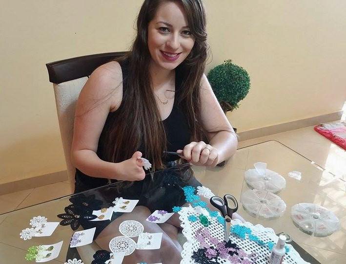 Mesmo sem a mão direita, Jéssica Acácio vende brincos para ganhar uma renda extra (Foto: Jéssica Acácio / Arquivo Pessoal)