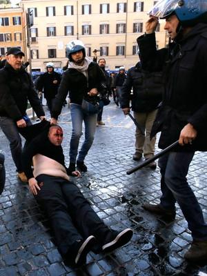 Roma x Feyenoord - confronto torcedores e polícia (Foto: AP)
