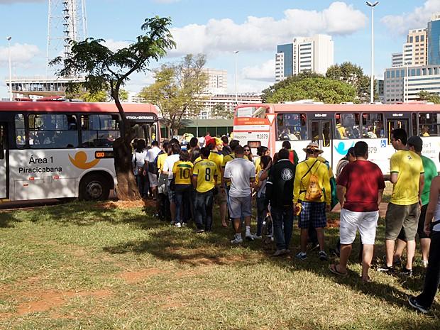 Torcedores que viram o jogo entre Suíça e Equador no Estádio Mané Garrincha, em Brasília, formaram filas para entrar nos ônibus que operaram de graça (Foto: Ricardo Moreira / G1)