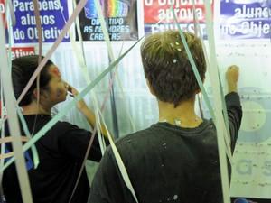 Vestibulandos conferem a lista dos aprovados divulgada nesta sexta (1°) (Foto: Flavio Moraes/G1)