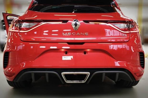 Kit aerodinâmico agressivo do novo Megane RS inclui difusor central (Foto: Reprodução)