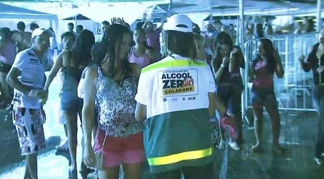 Foliões no 'Esquenta' do carnaval 2013 bricam com responsabilidade (Foto: Amazônia TV)
