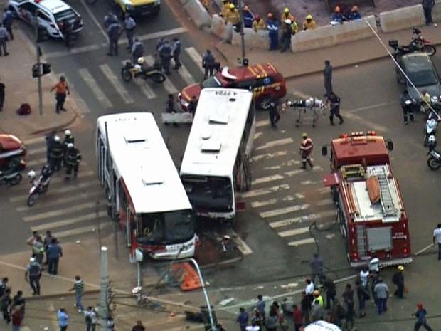 Colisão de dois micro-ônibus em via na Zona Leste de SP (Foto: Reprodução/TV Globo)