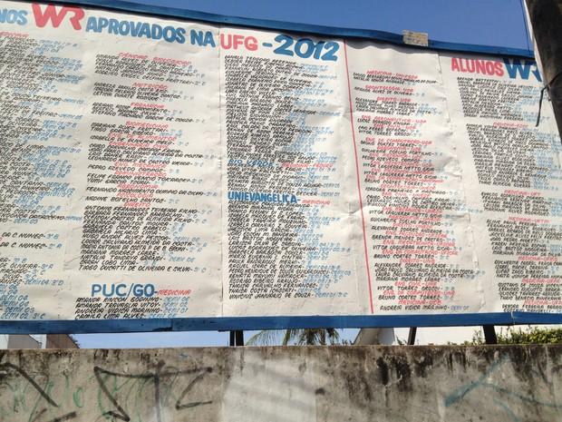 Em frente à escola há um outdoor com a relação dos aprovados no vestibular em Goiás e no Brasil (Foto: Versanna Carvalho/G1)