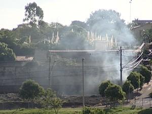 Fogo Incêndio Uberaba Bombeiros maio 2014 (Foto: Reprodução/ TV Integração)