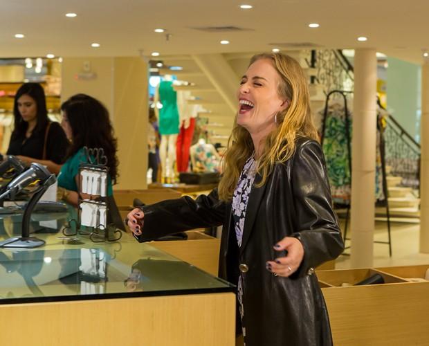 Angélica se diverte ao interpretar diversos tipos de clientes (Foto: Artur Meninea/Gshow)