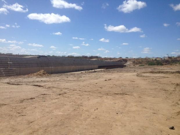Quando concluída, barragem será capaz de acumular 49 milhões m³ de água (Foto: Caren Diniz/TV Asa Branca)