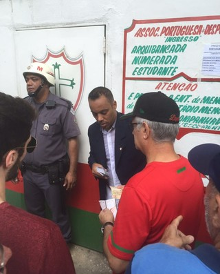 Presidente da Portuguesa vende ingresso (Foto: Marco Aurélio Souza)