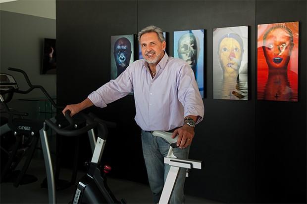 Na academia de ginástica, Fabrizio expõe algumas de suas fotos preferidas (Foto: Marcos Rosa/  Ed. Globo)