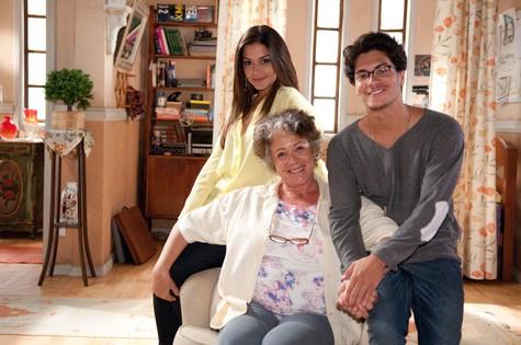 Ângela Leal posa com Thais Fersoza e Arthur Aguiar  (Foto: Michel Angelo/ Record)