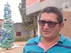 Morador cria árvore de Natal de lixo em protesto contra falta de coleta