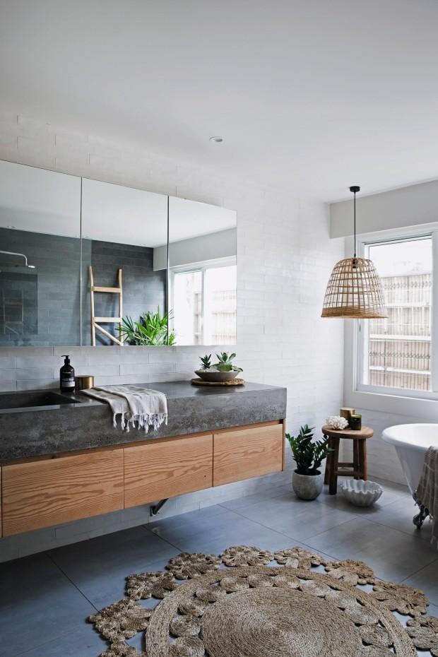 Banheiro. O concreto, presente em toda a casa, também marca presença no ambiente, revestindo a bancada. Na parede, tijolos pintados de branco (Foto: Chris Warnes Warnes & Walton / Living Inside)