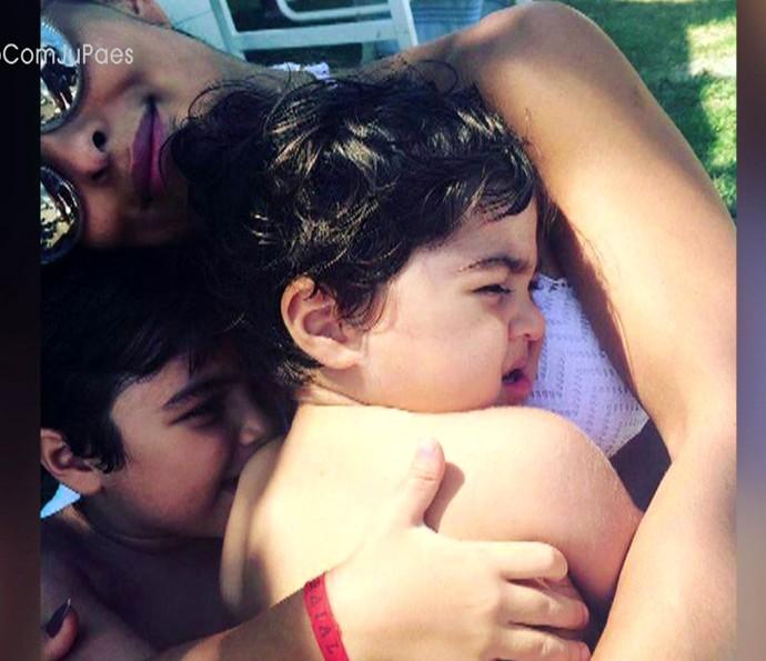 Juliana em momento chamego com os filhos (Foto: TV Globo)