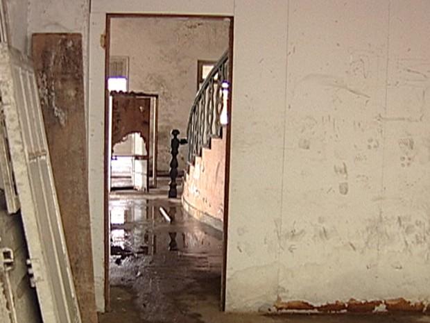 Serão duas semanas só para concluir a limpeza do local (Foto: Reprodução/TV Integração)