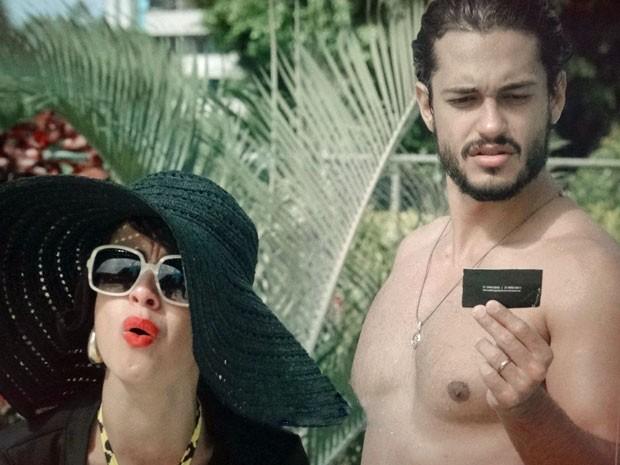 Josué recebe proposta para ser modelo (Foto: Amor Eterno Amor/ TV Globo)