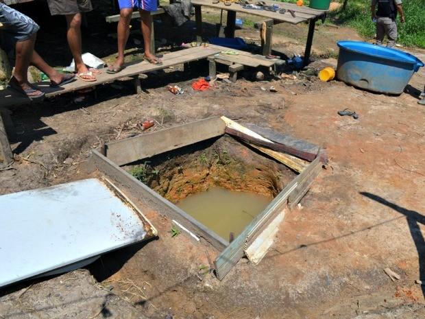 De acordo com bombeiros, poço não tinha tampa  (Foto: Genival Moura/G1)