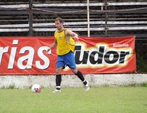 Marquinhos vinha jogando na defesa, mas treinou na meia-direita neste sábado. (Foto: Caio Mourão/Assessoria do Democrata)