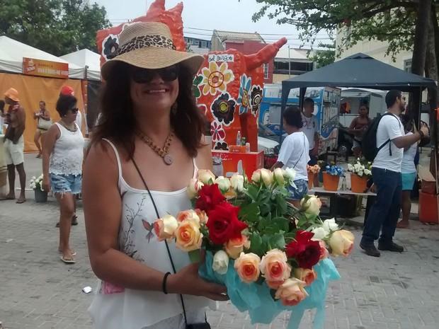 Devota Rita Santos optou por flores e frutas na hora de escolher os presentes para rainha do mar (Foto: Rafael Teles / G1)